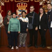 Miembros del Club de Lectura Fácil y el Taller Literario tras la firma del convenio.