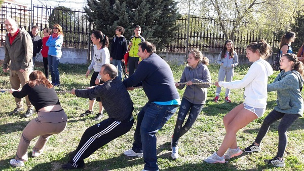 Tira-Cuerda en la X Jornada Deportiva del Instituto Rayuela de Móstoles. Foto: Grupo AMÁS.