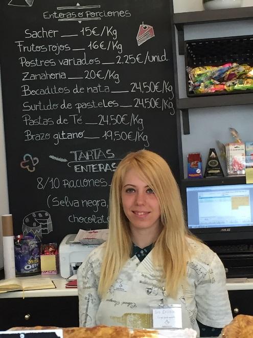 Cristina trabajando en Másymenos, premio Actualidad Económica 2016. Foto: Grupo AMÁS.