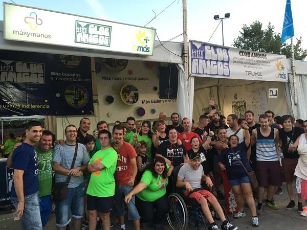 Visita a la caseta de Club Amigos del grupo La Pegatina. Foto: Grupo AMÁS.