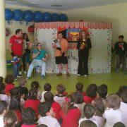 """Actuación de """"Titirimuni"""" en el colegio Antanes School de Leganés. Foto: Grupo AMÁS."""
