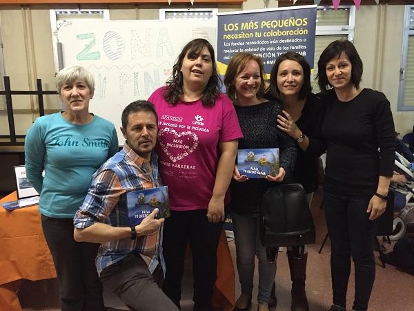 """Teo Delgado, autor de """"Papás, yo quiero nadar"""" con madres de Atención Temprana. Foto: Grupo AMÁS."""