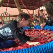 Adrián jugando con su madre en un columpio adaptado del Colegio de Educación Especial Miguel de Unamuno. Foto: Grupo AMÁS.