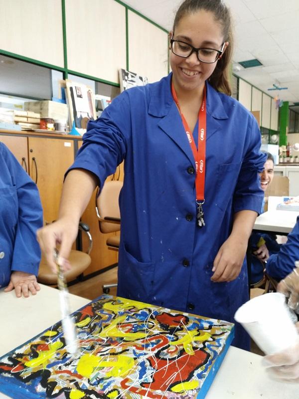 Artista aplicando color. Foto: Grupo AMÁS.