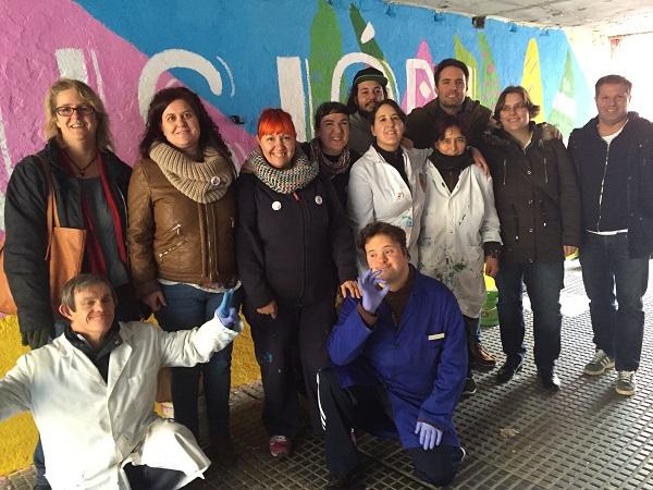 Virginia Jiménez, Concejala de Servicios Sociales del Ayuntamiento de Leganés, junto con miembros de su equipo y artistas de Grupo AMÁS. Foto: Grupo AMÁS.