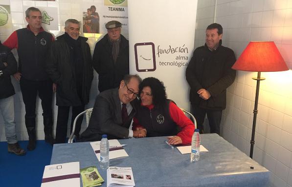 """Nicolas Redondo Terreros, presidente de la Fundación """"Alma Tecnológica"""" y Mari Sol Fernández, presidenta de la Asociación TEANIMA en la firma del convenio."""