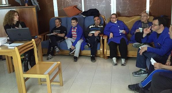 Asistentes a la formación sobre Ética en el Centro Ocupacional Los Pinos. Foto: Grupo AMÁS.