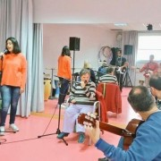 """Momento de un ensayo de """"Con la música a otra parte"""". Foto: Grupo AMÁS."""