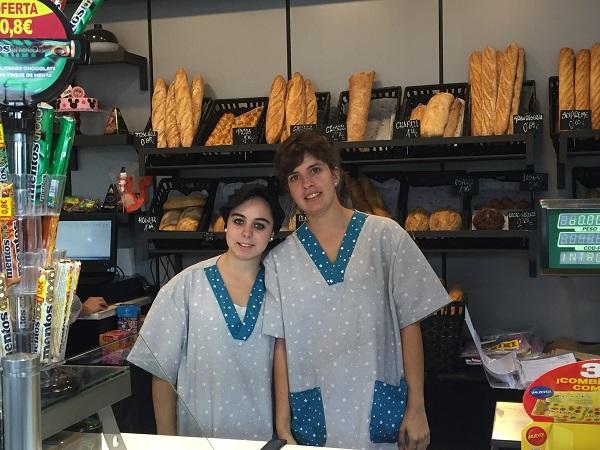 Leticia y Nerea en la zona de panadería de la Concept Store Másymenos. Foto: Grupo AMÁS.