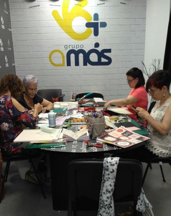 Taller de manualidades en la Concept Store Másymenos. Foto: Grupo AMÁS