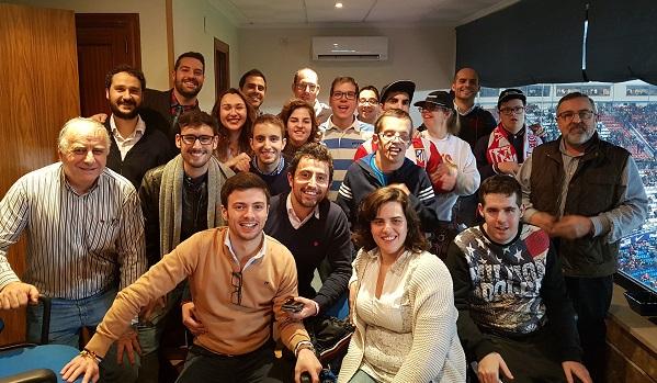 Personas con discapacidad intelectual de Grupo AMÁS y trabajadores de BNP Paribas, comparten palco en el Vicente Calderón. Foto: Grupo AMÁS.
