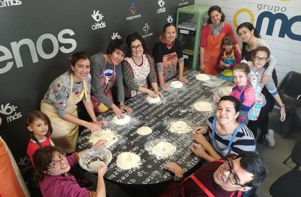 """Taller Másymenos """"Como hacer pan y no morir en el intento"""". Foto: Grupo AMÁS."""