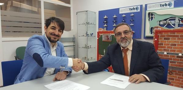 Firma del convenio entre Manuel Galiano de Fundación AMÁS Empleo y Carlos Alberto Gutierréz, de Multitubo. Foto: Grupo AMÁS.