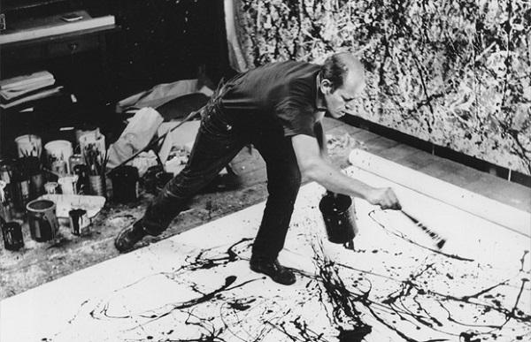 Imagen de Jackson Pollock pintando una de sus obras.