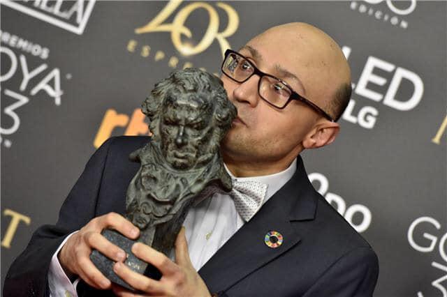 """Jesús Vidal, actor de """"Campeones"""" recibiendo el Premio Goya."""