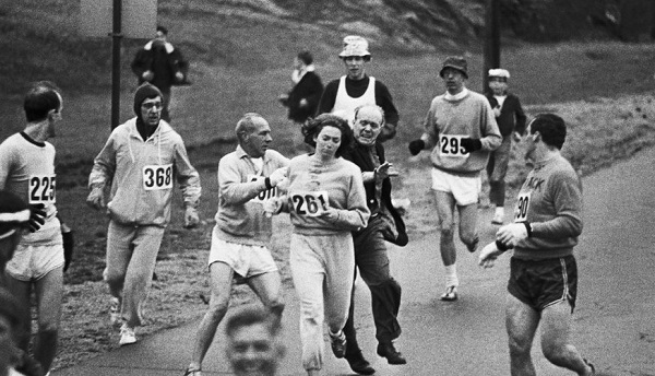 Kathrine Virginia Switzer con el dorsal 261 en la Maratón de Boston.