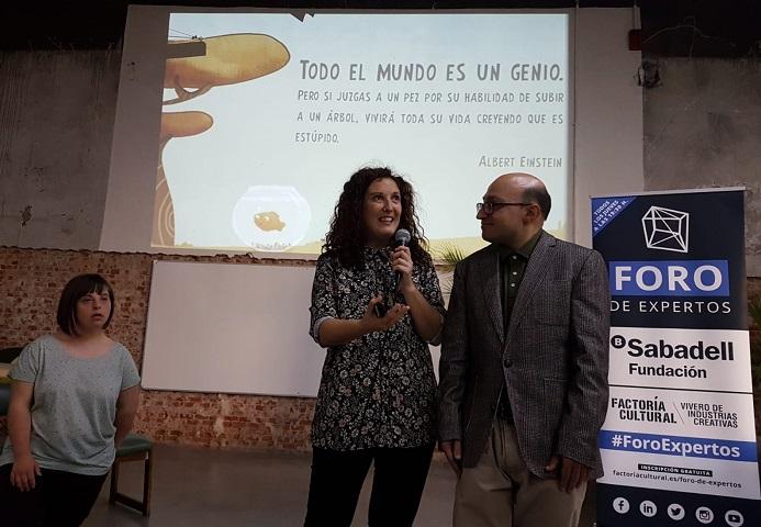 """Allende López, responsable de AMÁS Escena junto con actores con discapacidad intelectual de la película """"Campeones"""". Foto: Grupo AMÁS."""