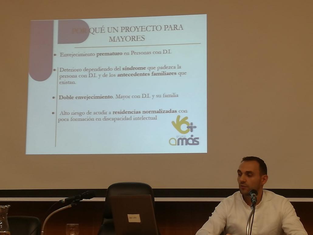 """Alonso Donoso en la conferencia: """"El envejecimiento de las personas con discapacidad intelectual: tendencias y retos actuales"""". Foto: Grupo AMÁS"""
