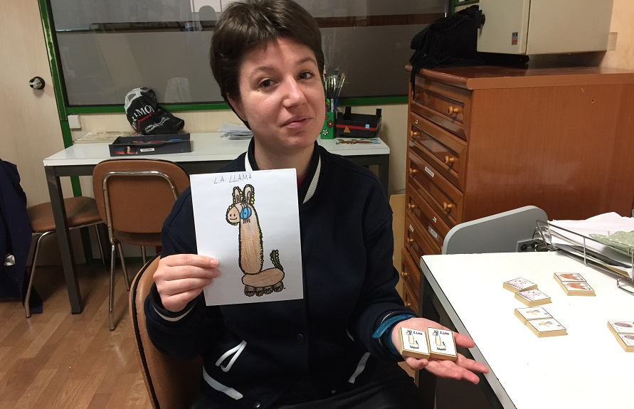 """Andrea Morinelli con uno de sus diseños para """"De par en par"""". Foto: Grupo AMÁS."""
