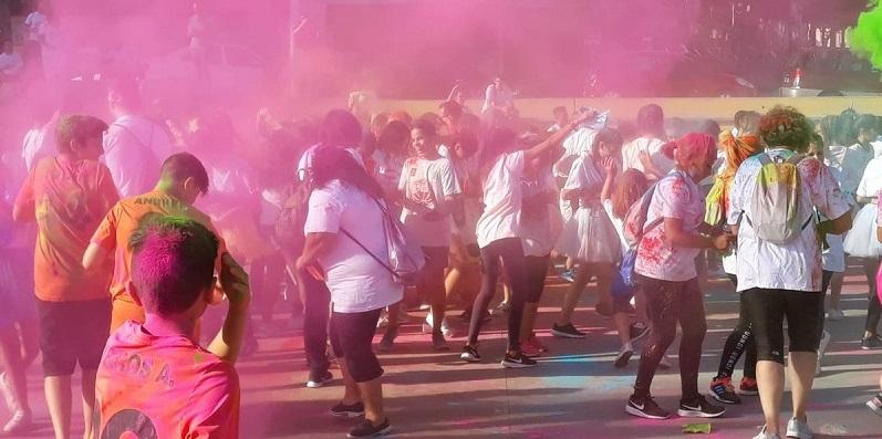 Explosión de colores en la fiesta solidaria AMÁS Holi. Foto: Grupo AMÁS.