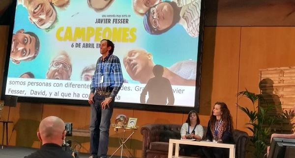 """El actor de """"Campeones"""", Alberto Nieto y la ayudante de producción de la película, Verónica Fernández en las Primeras Jornadas de Participación y Ciudadanía de la Asociación Probosco en Tenerife. Foto: Grupo AMÁS."""