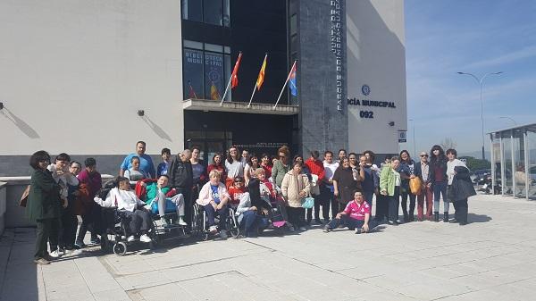 Concentración ante la Junta Municipal de Parque Coimbra, Móstoles. Foto: Grupo AMÁS.