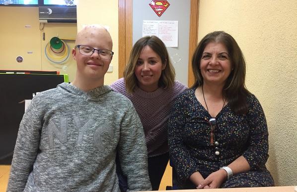 Juan María Sanz, su madre, Carolina García y la terapeuta de Grupo AMÁS, Patricia Fernández. Foto: Grupo AMÁS