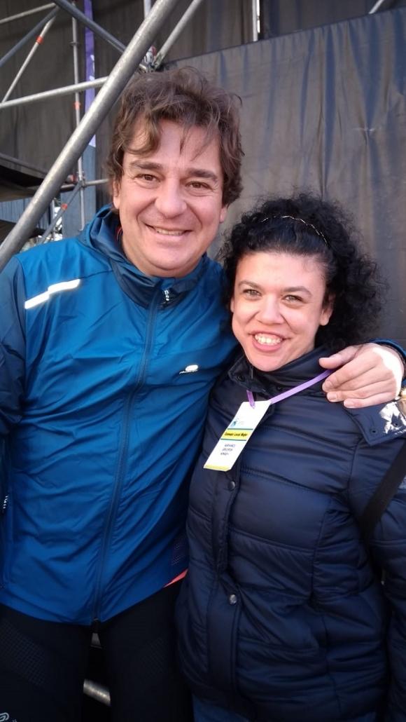 Javier Ayala, alcalde de Fuenlabrada con una mujer de Grupo AMÁS en los actos del 8 de Marzo. Foto: Grupo AMÁS.