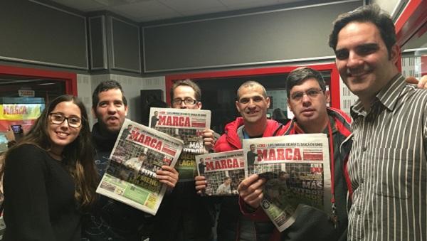 A la izquierda, Rafa Sahuquillo, redactor jefe de Radio Marca con los jóvenes de Grupo AMÁS. Foto: Grupo AMÁS.