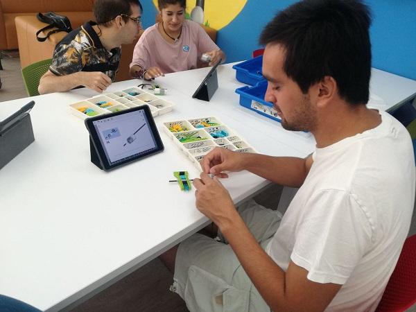 Formación en robótica para personas con discapacidad intelectual o de desarrollo. Foto: Grupo AMÁS.