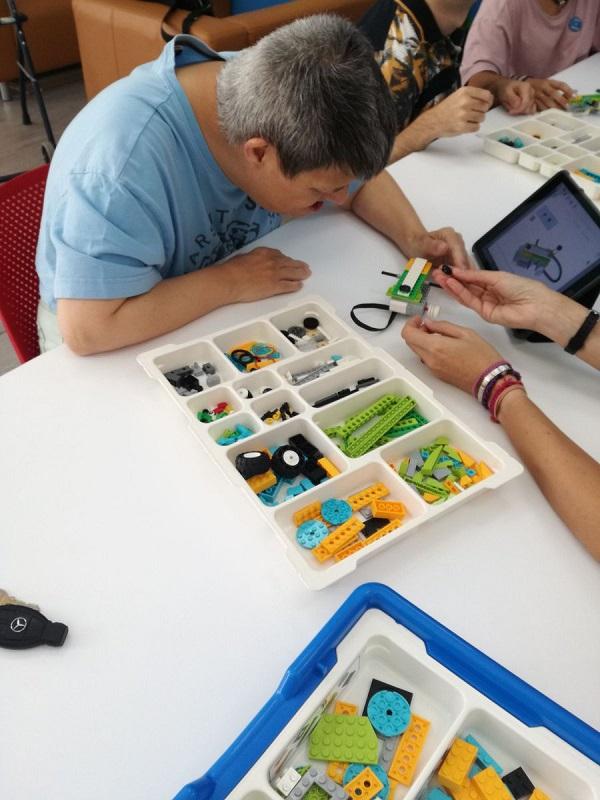 Formación en robótica para personas con discapacidad o de desarrollo. Foto: Grupo AMÁS.