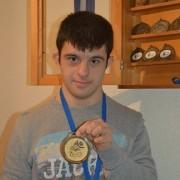 Carlos Hernández muestra la Medalla de Oro obtenida en los Europeos celebrados en Italia. Foto: Grupo AMÁS.