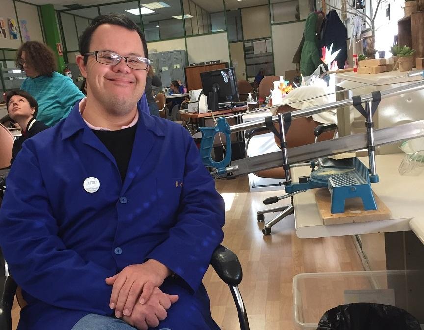 David Carmona en el Taller Creativo Los Pinos de Grupo AMÁS. Foto: Grupo AMÁS.