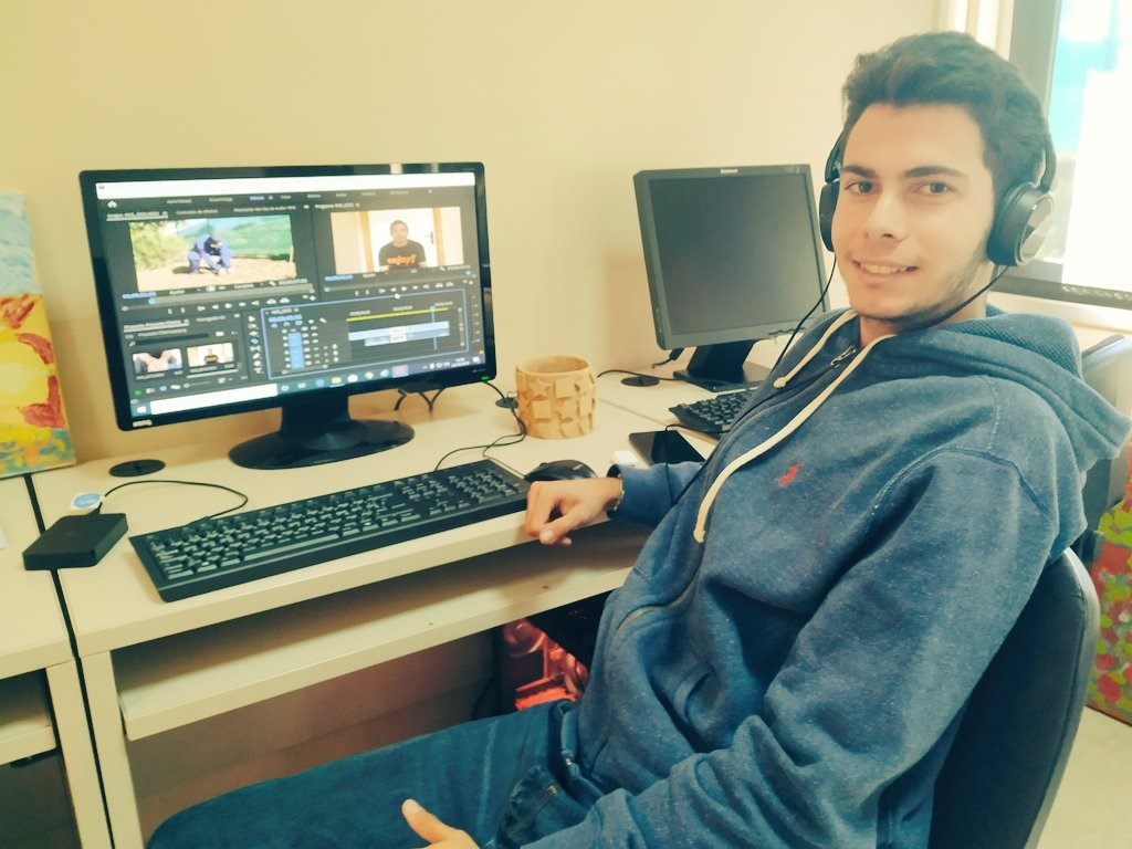 Diego editando videocurriculums en su puesto especializado. Foto: Grupo AMÁS