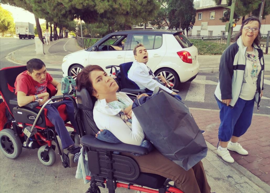 """Personas participantes en """"Dinámicos en acción"""" llevan bolsas de ropa a vecin@s de Alcorcón en situación de emergencia social. Foto: Grupo AMÁS"""
