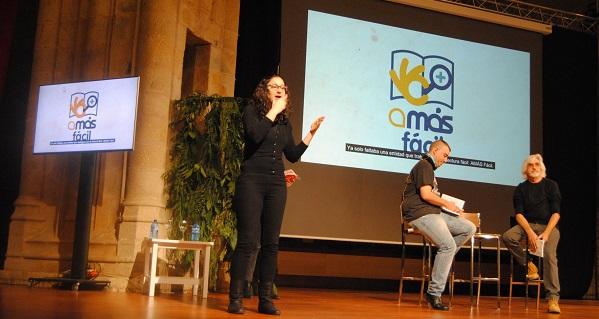 """Andres Guerrero, autor de """"El amor es demasiado complicado"""" y Miki Mármol, persona con discapacidad del programa AMÁS Fácil. Foto: Grupo AMÁS."""