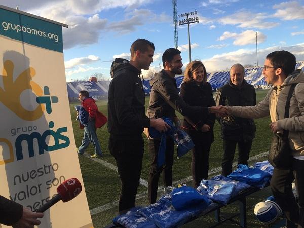 Entrega de la nueva equipación del C.D. Leganés a los futbolistas de Grupo AMÁS. Foto: Grupo AMÁS.