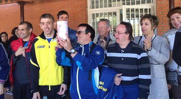 Personas con discapacidad de Grupo AMÁS reciben la hucha de la X Jornada Deportiiva. Foto: Grupo AMÁS.