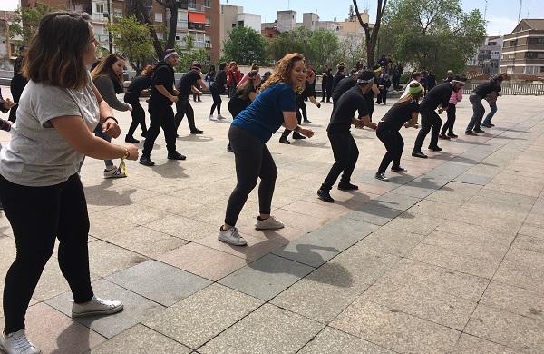 """Flashmob """"Mueve tu salud"""", de AMÁS Escena en la VIII Semana de la Salud de Móstoles. Foto: Grupo AMÁS."""