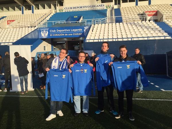 Futbolistas de Grupo AMÁS con la nueva equipación del C.D. Leganés. Foto: Grupo AMÁS.