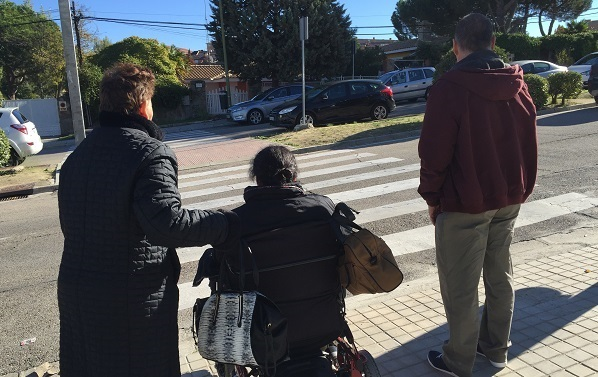 Maria Ángeles, Almudena y Juan de camino a una acción de voluntariado en el barrio Parque Coimbra. Foto: Grupo AMÁS.