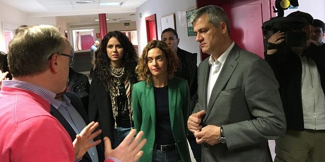 David Lucas, alcalde de Móstoles y Meritxell Batet, diputada del PSOE visitan el Centro de Grupo AMÁS en Coimbra. Foto: Grupo AMÁS.