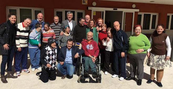 David Lucas y Meritxell Batet con usuarios de Grupo AMÁS. Foto: Grupo AMÁS.