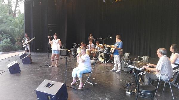 """Actuación de la banda """"Imperfectos"""". Foto: Grupo AMÁS."""