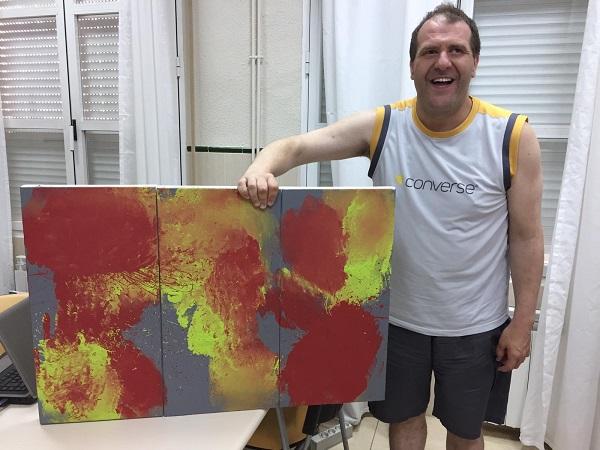 """Juan Pérez, artista de la exposición """"Yo también"""". Foto: Grupo AMÁS."""