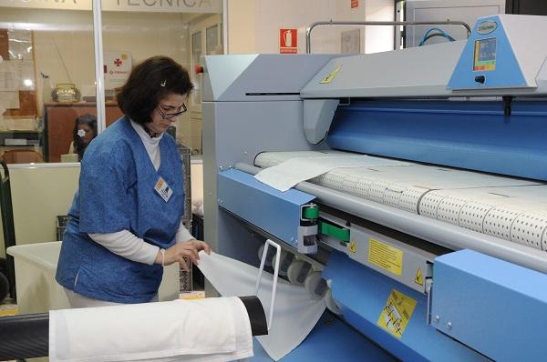 Trabajadora de lavandería de Fundación AMÁS Empleo. Foto: Grupo AMÁS.