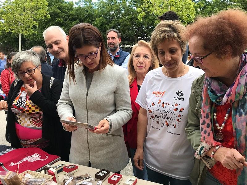 La alcaldesa de Móstoles visita el puesto de artesanía de los Centros Ocupacionales. Foto: Grupo AMÁS.