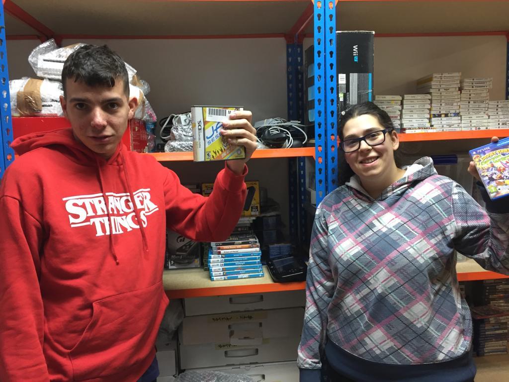 Nora y Jorge ejerciendo su voluntariado en Juegaterapia. Foto: Grupo AMÁS.