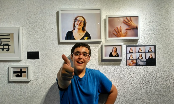 """Artista del grupo Los Picassos en la exposición """"Un mundo mágico"""". Foto Grupo AMÁS."""