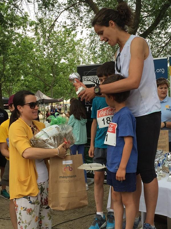 Parquesur, patrocinador de la IX Carrera por la Inclusión, hace entrega de uno de los premios. Foto: Grupo AMÁS